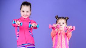 Intense et sain Les soeurs mignonnes ont la formation physique de la force musculaire Peu filles établissant la force de main pet photos stock