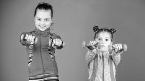 Intense et sain Les soeurs mignonnes ont la formation physique de la force musculaire Peu filles ?tablissant la force de main pet photographie stock