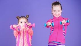 Intense et sain Les soeurs mignonnes ont la formation physique de la force musculaire Peu filles ?tablissant la force de main pet photographie stock libre de droits