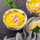 Intense geurige eigengemaakte dikke rijke soep met zalm in à la carte schotels tegen een donkere achtergrond Hoogste mening stock foto