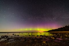 Intense noordelijke lichten (Aurora borealis) over Oostzee Stock Foto's