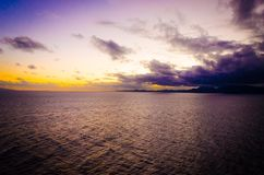 Intense oranje zonsondergang bij ver geïsoleerd tropisch strand stock afbeeldingen