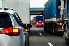 Intense verkeersstroom van vrachtwagens en auto's op een weg stock afbeelding
