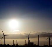 Intense zonsopgang achter elektrische elektrische centrale Royalty-vrije Stock Afbeeldingen