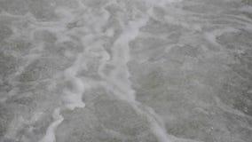 Intensely bubbla, flödande snabbt vatten arkivfilmer
