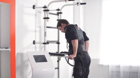 Intensidad selecta del atleta de sexo masculino de la electro máquina muscular del estímulo del ccsme metrajes