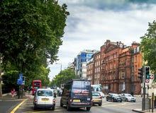 Intensief verkeer op één van de straten bij het district van Westminster Londen stock afbeelding