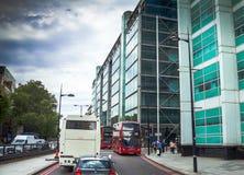 Intensief verkeer op één van de straten bij het district van Westminster Londen stock afbeeldingen
