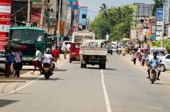 Intensief verkeer op een smalle Aziatische straat royalty-vrije stock afbeelding