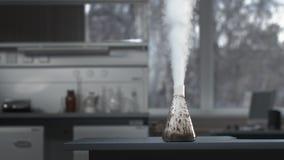 Intensieve chemische kokende rook of stoomreactie in glasfles in laboratorium stock footage
