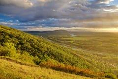 Intensieve groene bossen en gebieden in zonsondergangtijd, Oostenrijk royalty-vrije stock foto's