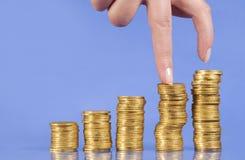 Intensifica de moedas douradas Fotografia de Stock Royalty Free