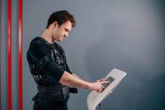 Intensità di regolamento dell'atleta di elettro macchina muscolare di stimolazione di SME Fotografie Stock Libere da Diritti
