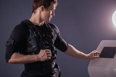 Intensità di regolamento dell'atleta di elettro macchina muscolare di stimolazione di SME Immagini Stock Libere da Diritti