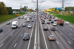 Intensità di traffico sulla strada principale fotografie stock libere da diritti