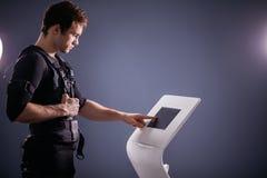 Intensité de réglementation d'athlète d'électro machine musculaire de stimulation de SME Images libres de droits