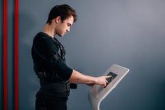 Intensité de réglementation d'athlète d'électro machine musculaire de stimulation de SME Images stock