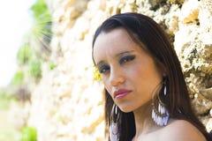 Intensiv ögon och fundersamt av en enkel kvinna Arkivfoton