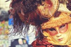 Intensiv blick från en maskering Royaltyfri Bild