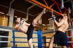 Intensiv kamp i boxningsring Fotografering för Bildbyråer