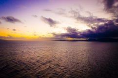 Intensiv orange solnedgång på den fjärrkontroll isolerade tropiska stranden arkivbilder