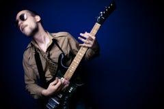 intensiv spelare för gitarr royaltyfri bild
