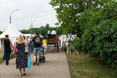 Intensiv trafik av besökare och hästvagnar längs en gränd Arkivbild