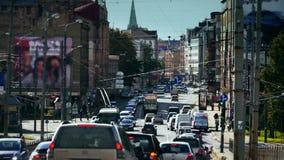 Intensiv trafik i staden arkivfilmer