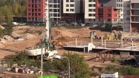Intensiva arbeten i konstruktionsplats Folkarbete på plant hus stock video