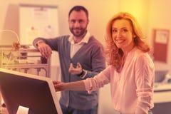 Intensiva kollegor som poserar lyckligt för kameran efter en tuff dag fotografering för bildbyråer