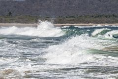 Intensive Wellen auf der K?ste stockfotografie