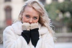 Intensiver Blick einer Frau im Winter Stockbild