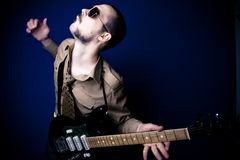 Intensiver Felsengitarrist stockfotos