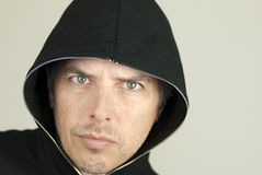 Intensiver Mann schaut zur Kamera Lizenzfreie Stockfotografie