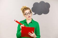 Intensives Denken der Geschäftsfrau und Schreiben Stockbild