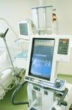Intensivstation mit Überwachungsgeräten Stockbild
