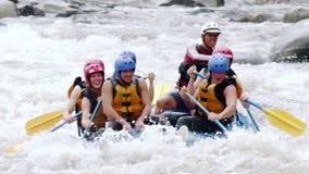 Intensivt vitt vatten för adrenalin som Rafting ultrarapid lager videofilmer