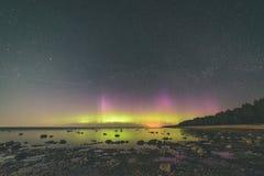 Intensywni północni światła nad morzem bałtyckim - vint (zorz borealis) zdjęcia stock