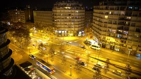 Intensywny noc ruchu drogowego timelapse, wiele samochodów jeżdżenie, ludzie śpieszy się w ulicach zbiory