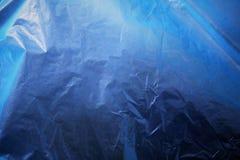 Intensywny zmrok - błękitny abstrakcjonistyczny monochromatyczny tło Syntetyczni materiały celofan fotografia royalty free