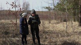 Intento de la madre y de la hija que encuentra manera correcta en la trayectoria rural metrajes