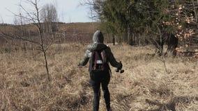 Intento de la madre y de la hija que encuentra manera correcta en la trayectoria rural Ir de excursi?n concepto almacen de metraje de vídeo