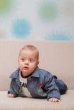 Intento del bebé a arrastrarse en el sofá Imagen de archivo