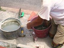 Intento del trabajador en la colocación de las tejas para al aire libre Fotografía de archivo libre de regalías