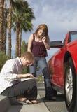 Intentos de los pares para encontrar direcciones en viaje por carretera Foto de archivo