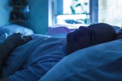 Intentos del hombre a dormir en la noche Fotografía de archivo libre de regalías