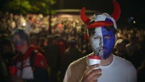 Interés inglés del partido del reloj del equipo de fútbol de la fan, activamente noche caliente del café de la bebida almacen de metraje de vídeo
