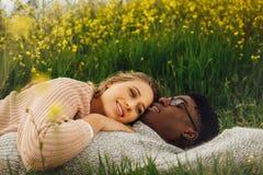 Inter-racial no momento romântico imagem de stock royalty free