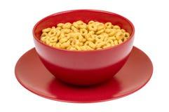 Intera ciotola del cereale di cheerios del grano in rosso Fotografia Stock Libera da Diritti