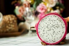 Intera e mezza frutta fresca del drago Fotografia Stock